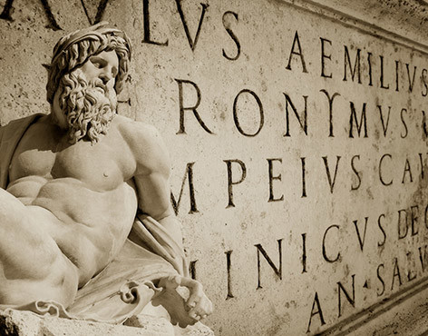 römische Schrift an einem Haus